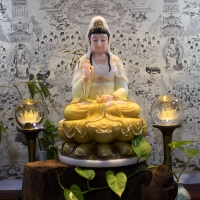 Tượng Phật Bà Quan Âm Đá Y Áo Màu Vàng Trắng Viền Vàng (42cm)6