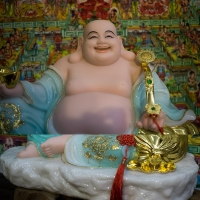 Tượng Phật Di Lặc Tay Cầm Gậy Như Ý Tiền Vàng Cao 35cm1 (2)